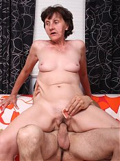 Wrinkled mature hottie Stephanie performs excellent oral before she gets sprayed with jizz live